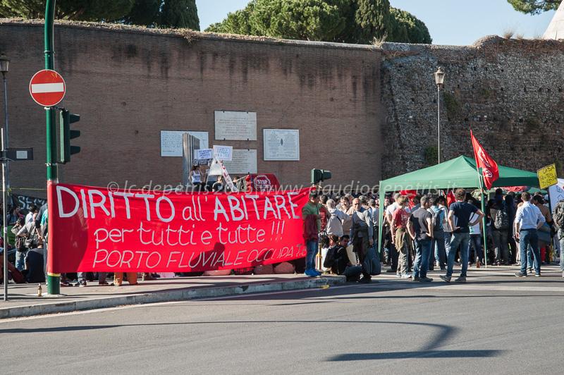 I movimenti per il diritto all'abitare in presidio a Porta san Paolo,14/4/2016