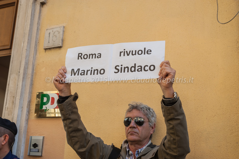 Manifestazione supporter Marino davanti alla Direzione Nazionale PD 12/10/2015