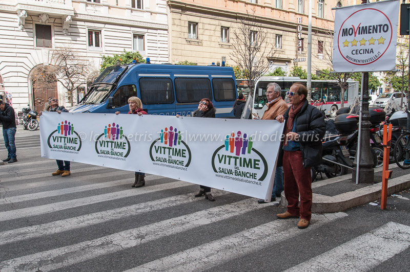 Risparmiatori protestano davanti al Ministero dell'Economia 16/3/2016