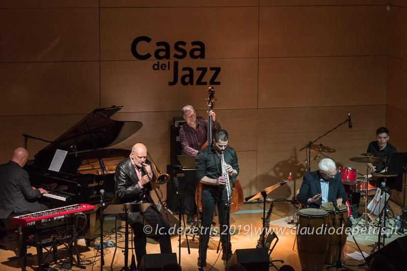 Paolo Tombolesi piano, Marcello Rosa trombone, Steve Cantarano contrabbasso, Andrea Verlingieri sax, Filippo La Porta perc, Luca Monaldi batteria