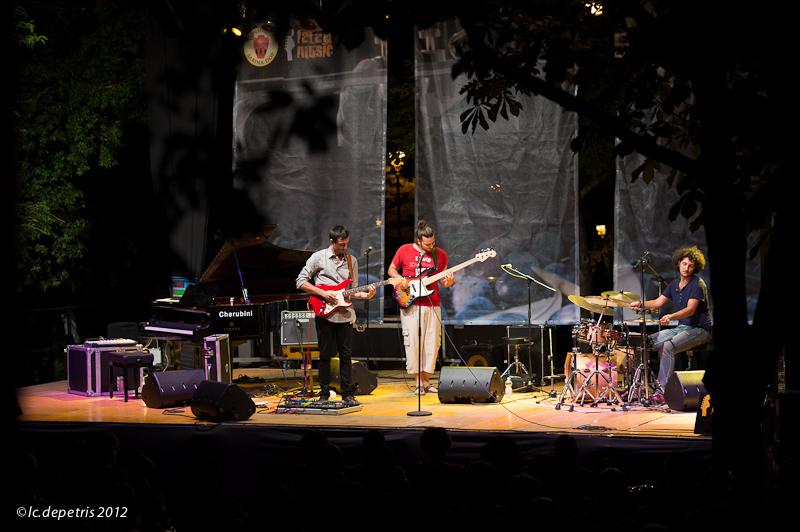 "tree on sale - faramusic festival - fara sabina - 4/8/2012 - giacomo ronconi chitarra, nicola ronconi basso, giuseppe""jumo"" mongi batteria"