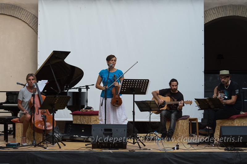 Giovanna Famulari al violoncello, Vanessa Cremaschi al violino, Andrea Iannicola ed Egidio Marchitelli alla chitarra, durante il check