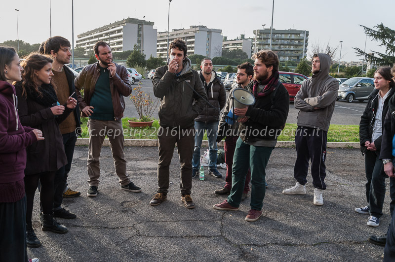 al megafono lo studente Francesco Romito ferito dai fascisti