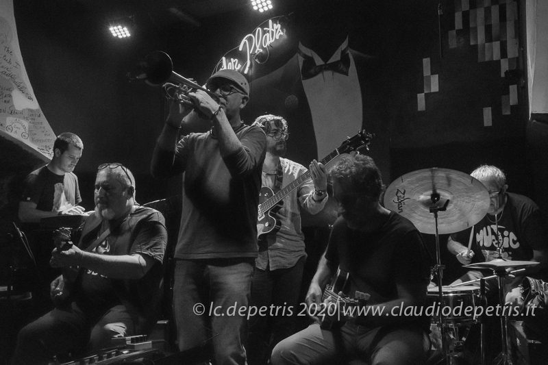 Lewis Saccocci tastiere, Guido Silipo chitarra, Angelo Olivieri tromba, Riccardo Di Fiandra basso, Antonio Jasevoli chitarra, Bruce Ditma's batteria