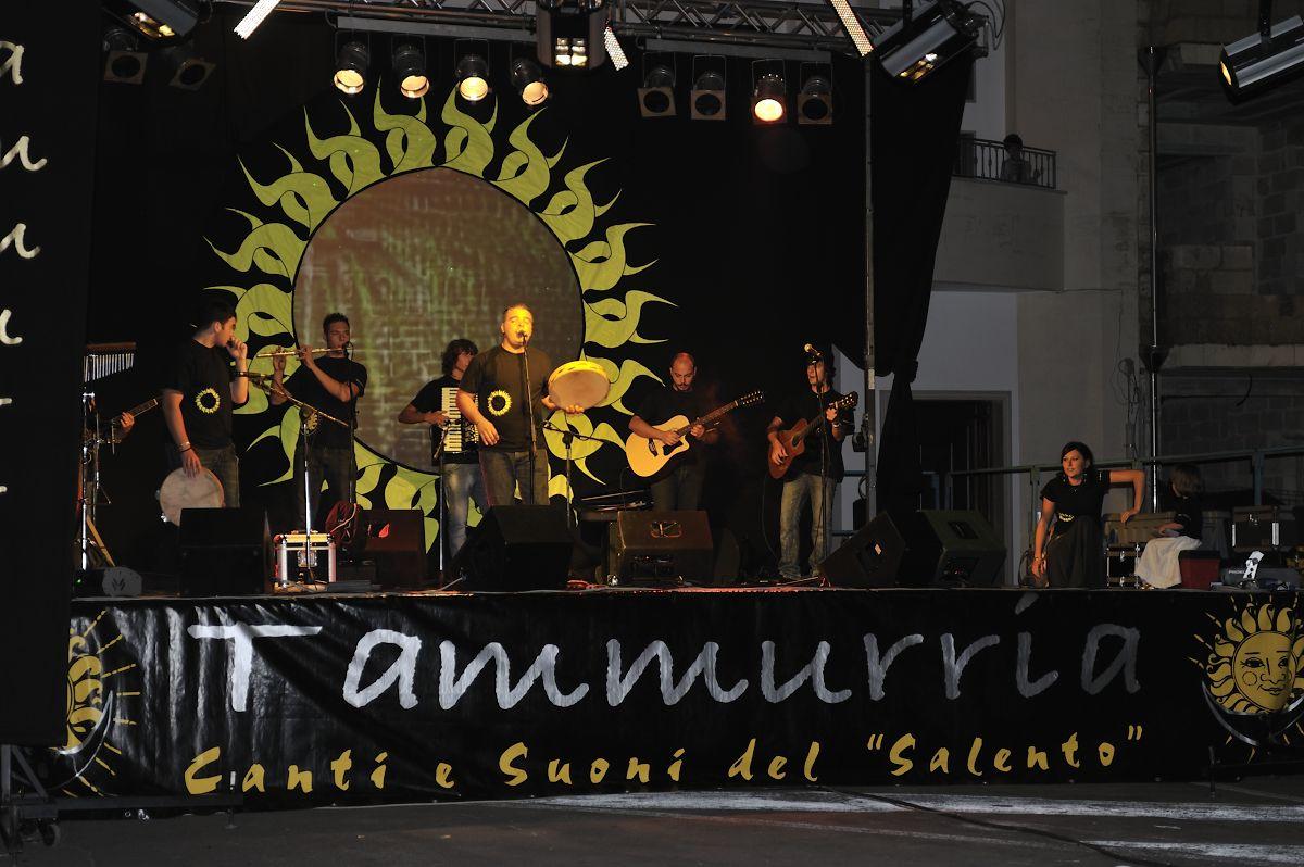 Taviano (Salento)  estate 2010 concerto dei Tammurria - Canti e suoni del Salento con una grande partecipazione popolare
