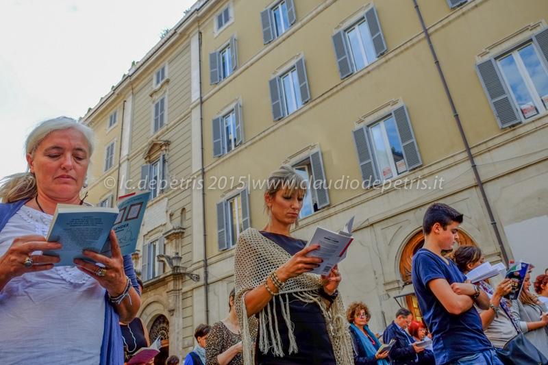 """""""Sentinelle in Piedi"""" veglia in piazza Montecitorio 4/10/2015"""