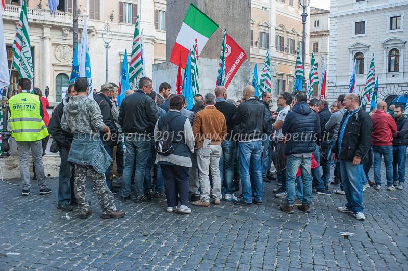 Presidio dei lavoratori Alitalia Maintenance Systems a Piazza di Montecitorio, 29/10/2015