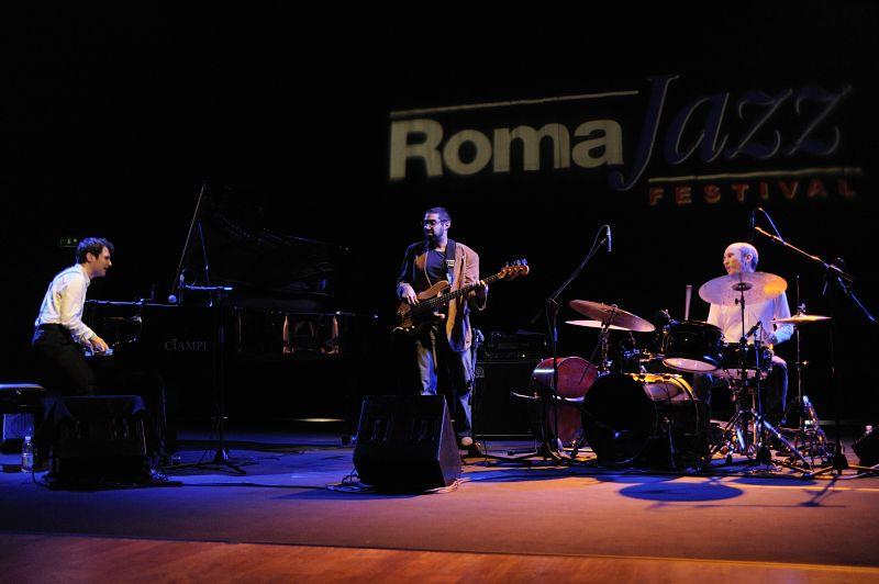 tigran trio - tigran hamaysan piano, sam minaie contrabbasso, nate wood batteria. Auditorium parco della musica 27/11/2011.
