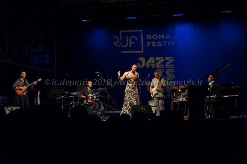 Martin Kolarides alla chitarra (D), Ivan Edwards alla batteria, Lizz Wright, Nicholas D'Amato al basso e Ivan Edwards alla batteria.